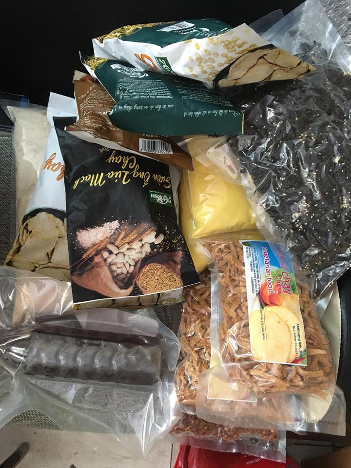 đồ dùng, thuốc, thực phẩm được vận chuyển sang nước ngoài